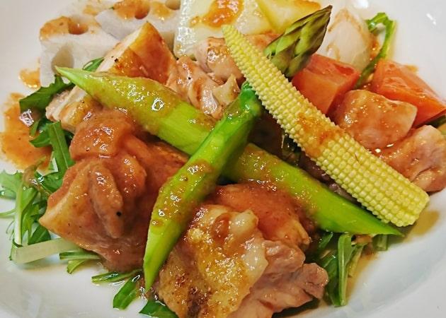 大山地鶏もも肉の梅肉ローストサラダ