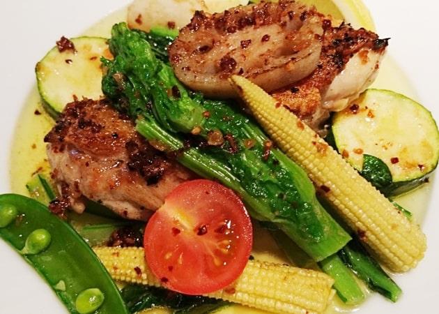 大山地鶏のガーリックステーキ 夏野菜を添えて